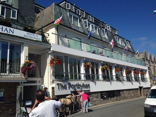 Portbyhan Hotel: Front of hotel