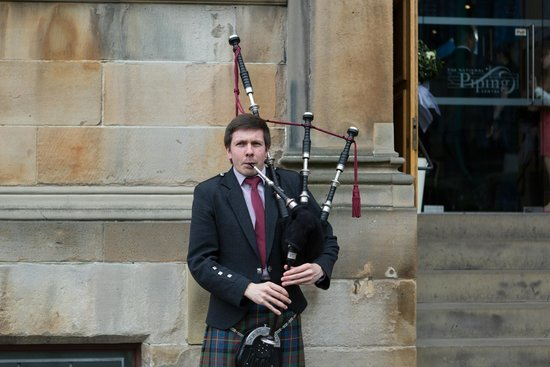 The Pipers' Tryst Hotel: Our piper - welcoming our guests