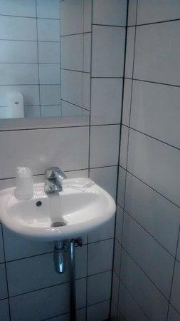 West Side Inn Hotel: Small sink.