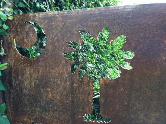 Days Inn Charleston Historic District : Metal cut out surprise in alleyway