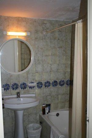 azuLine Apartamentos Sunshine: clean, basic bathroom