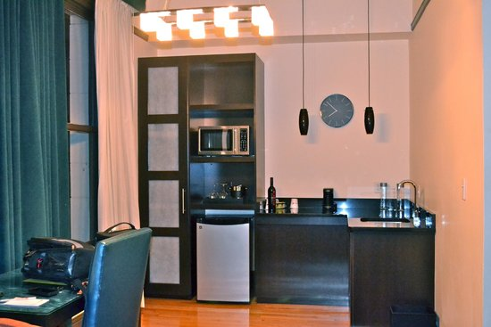 Magnolia Hotel Denver : Modern kitchen with microwave, mini fridge & coffee maker