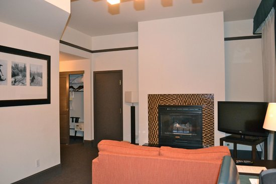 Magnolia Hotel Denver : The gas fireplace and 2 closets for storage were perfect.