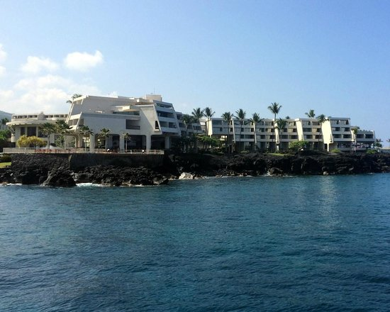 Sheraton Kona Resort & Spa at Keauhou Bay: Hotel viewed from the Hula Kai as we headed out for our snorkel trip