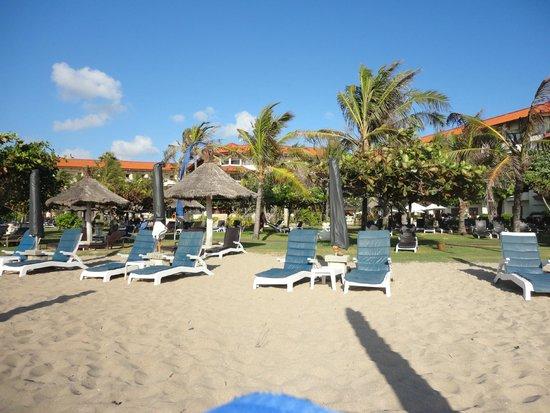 Grand Mirage Resort: View fromt he beachj to the resort