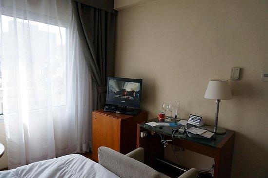 NH Montevideo Columbia: televisor y escritorio