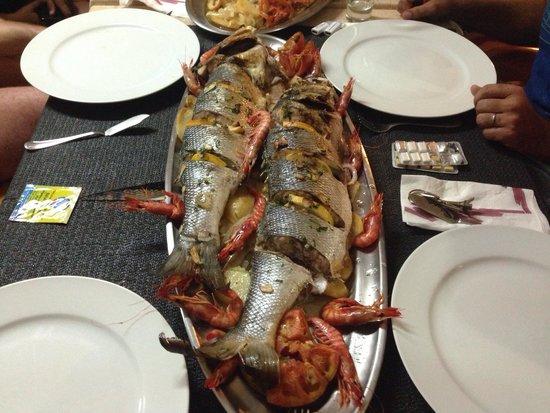 Bar restaurante Riky: Lubinas del port de Llança al horno con gambas de Roses