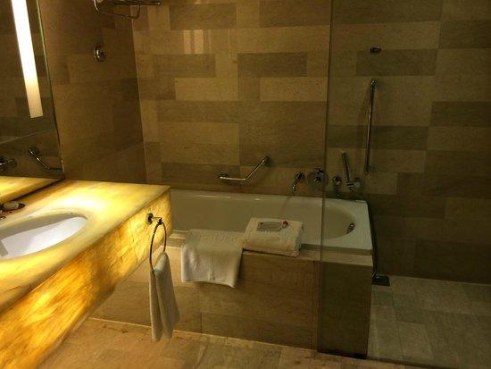 Traders Hotel, Kuala Lumpur : The spacious bathroom