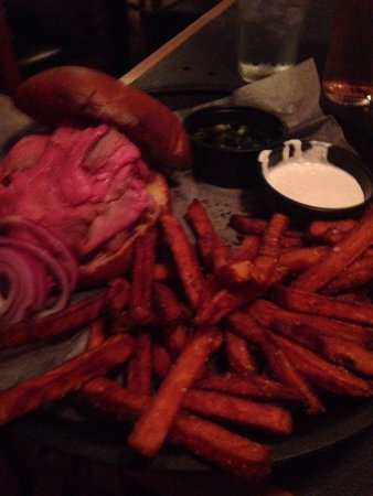 Vermont ale house : Roast beef sandwich with sweet potato fries