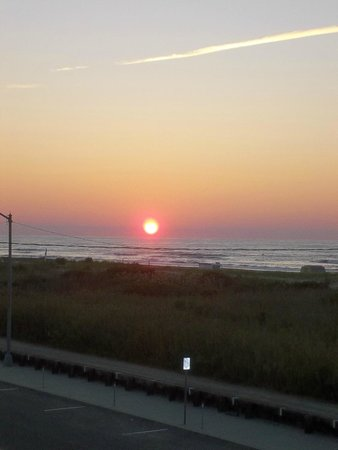 Trylon Motel: Sunrise over North Wildwood Beach