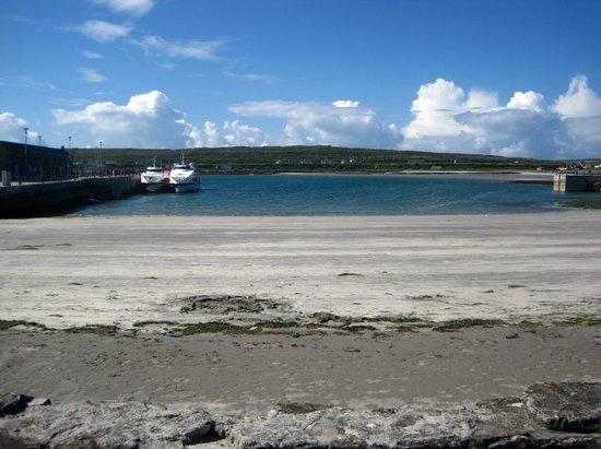 Aran Island Ferries: Low tide on Inishmore (Inis Mor)
