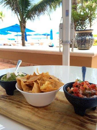 Ritz-Carlton Cancun: Pool Side Food