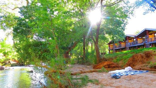 Desert Pearl Inn: Beautiful setting right along the Virgin River