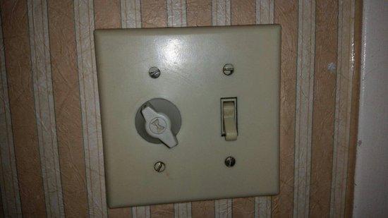 Garden Suites Hotel & Resort: A luz tem tempo pra desligar, melhor ser rapido ao fazer suas necessidades, ou ficará no escuro.
