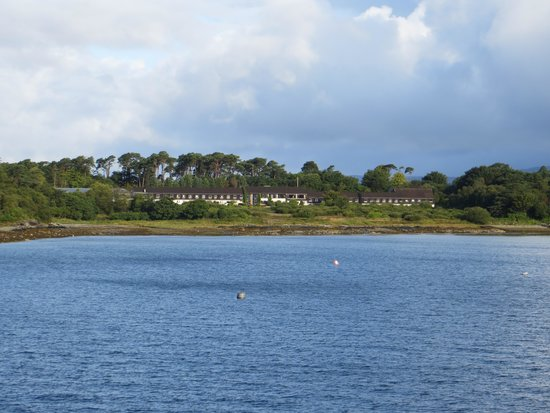 Isle of Mull Hotel & Spa: View of hotel from the Ferry