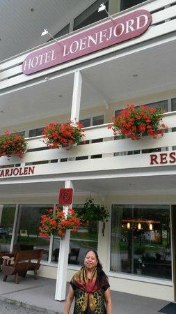 Hotel Loenfjord: Entrada deste lindo e aconchegante hotel que fica num vale a beira de um fjord.