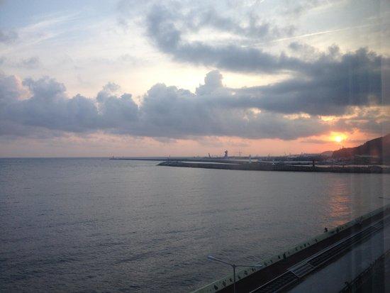 Ocean Suites Jeju Hotel : Sunrise outside the window