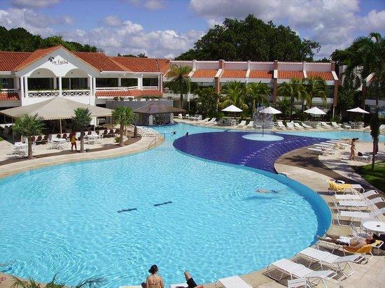 Los Tajibos Hotel & Convention Center: Vista de la pileta.