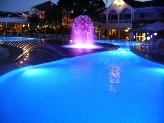 Los Tajibos Hotel & Convention Center: Pileta de noche.