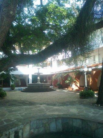 Los Tajibos Hotel & Convention Center: Espacio entre habitaciones.