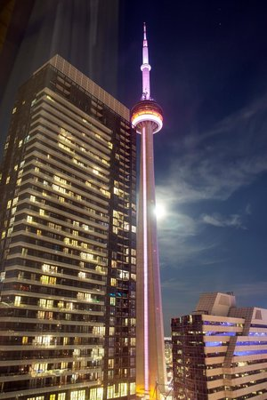 Residence Inn Toronto Downtown/Entertainment District: Evening view of CN Tower from our window