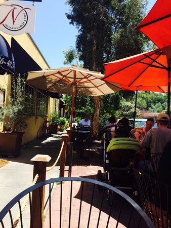 Nicole's Gourmet Foods: Charming outdoor eating area