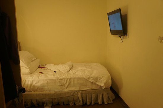 d'primahotel WTC Mangga Dua : Room with a small bed