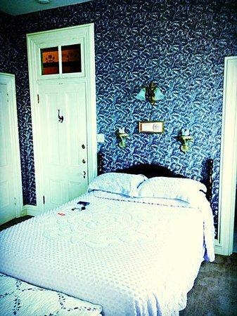 Summers Riverview Mansion Bed & Breakfast: Comfotable bed in Lilac Room