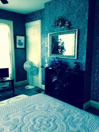 Summers Riverview Mansion Bed & Breakfast: Lilac Room