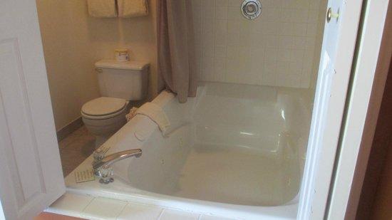 Broken Spur Inn : Jetted tub