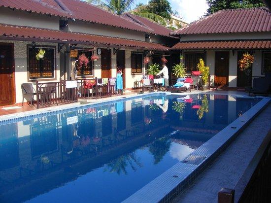 Makara Bungalows: Makara pool and rooms