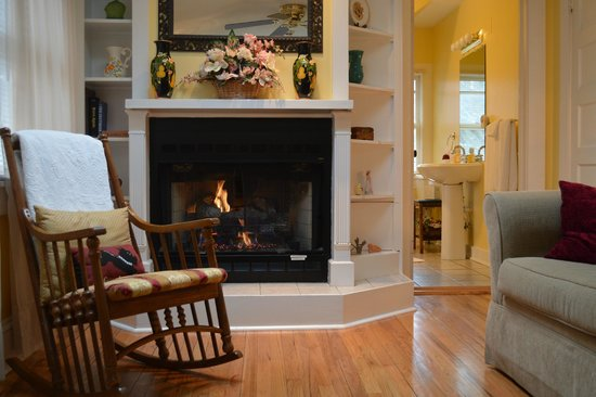 Red Rocker Inn: The Garrett Room's cozy fireplace