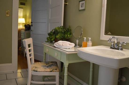 Red Rocker Inn: A romantic dressing table