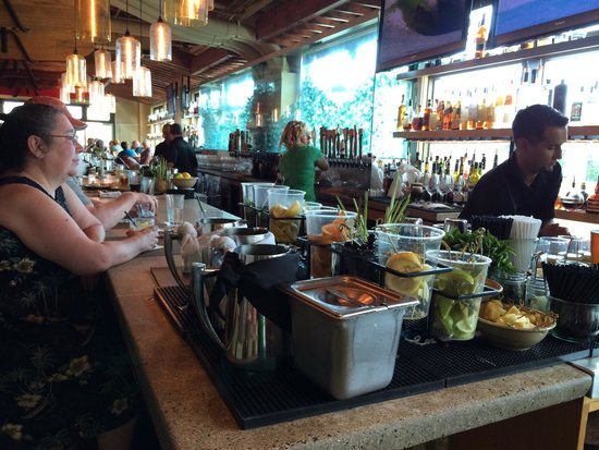 Monkeypod Kitchen: Bar is busy during happy hour