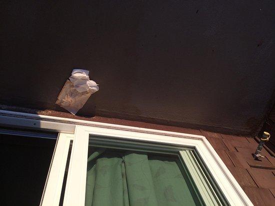 Nelscott Manor: Trash left on balcony