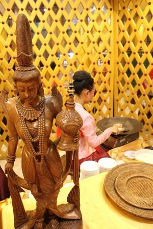 Karaweik Palace: สาวทำขนมเบื้อง.... ในแบบพม่าไม่มีครีมเหมือนของพี่ไทยนะคะ มีน้ำตาลและมะพร้าว รสชาติประมาณนั้น