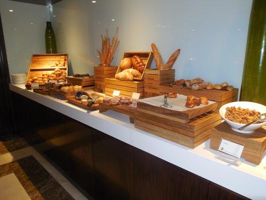 Sheraton Dubai Creek Hotel & Towers: bread selection at breakfast buffet
