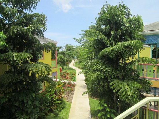 Grand Pineapple Beach Negril: View walking thru to the Ocean