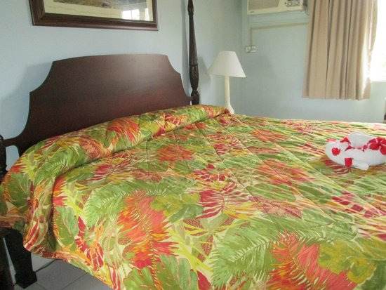 Grand Pineapple Beach Negril: King Bed at Grand Pineapple