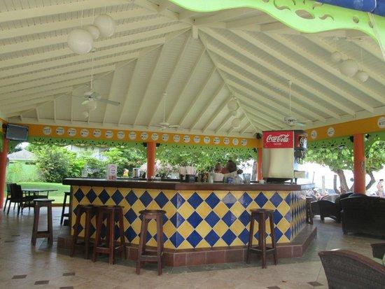 Grand Pineapple Beach Negril: Bar near the ocean