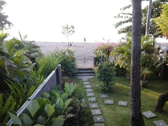 Lovina Beach Houses : View to the ocean from the top verandah