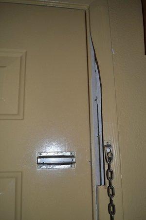 Econo Lodge Brookhollow: Main door- lock not working