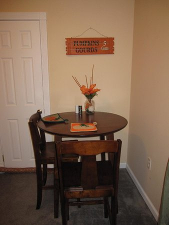 Tin Brook Bed & Breakfast: Breakfast table.
