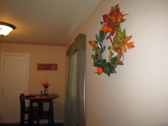 Tin Brook Bed & Breakfast: Very clean room with homemade decorations . . . cute.