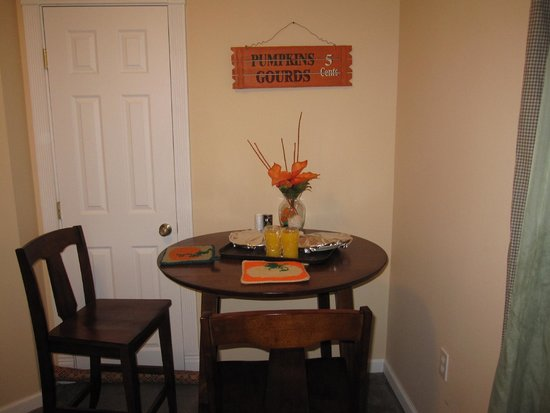 Tin Brook Bed & Breakfast: Our breakfast table.