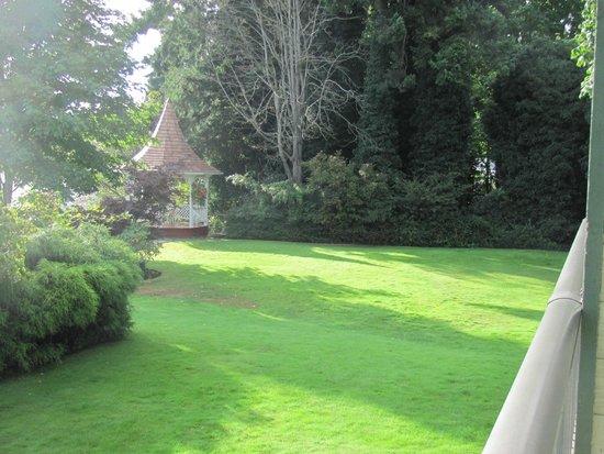 Quality Resort Bayside : Lawn and Gazebo