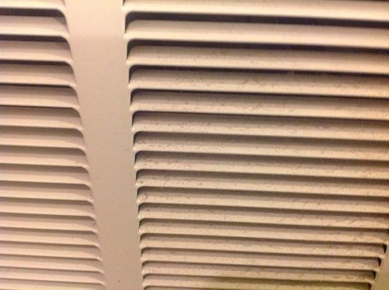 County Clare Irish Inn and Pub: ventilation grates in our filthy room