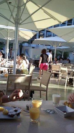 Hyatt Place Waikiki Beach: テラスで朝食  最幸!  鳩来るな