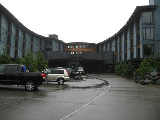 Black Rock Oceanfront Resort: Approaching the front of the hotel