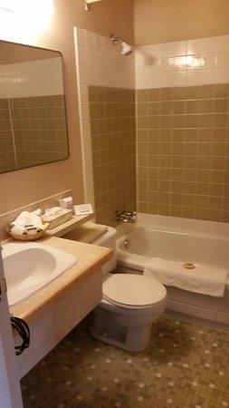 Standard bathroom options Harbour House Hotel, Restaurant & Organic Farm  |  121 Upper Ganges Ro